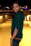Portrait der jungen schwarzen Frau in der Stadt nachts. stockfoto