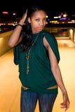 Portrait der jungen schwarzen Frau in der Stadt nachts. stockbild
