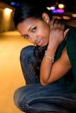 Portrait der jungen schwarzen Frau in der Stadt nachts. Stockfotografie