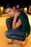 Portrait der jungen schwarzen Frau in der Stadt nachts. lizenzfreies stockbild
