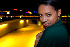 Portrait der jungen schwarzen Frau in der Stadt nachts. Lizenzfreies Stockfoto