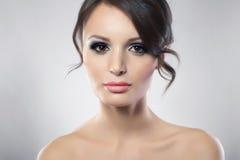 Portrait der jungen weiblichen Schönheit mit dem dunklen Haar Stockbild