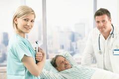 Portrait der Krankenhauskrankenschwester bei der Arbeit Lizenzfreie Stockfotografie