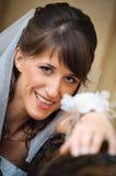 Portrait der Lächelnbraut in der familiären Umgebung Stockfoto