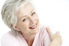 Portrait der lächelnden älteren Frau stockfotografie