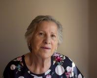 Portrait der lächelnden älteren Frau Stockfotos