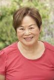 Portrait der lächelnden älteren Frau draußen Stockbilder