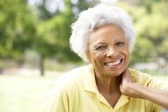 Portrait der lächelnden älteren Frau draußen Stockbild