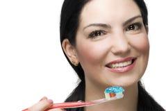 Portrait der lächelnden auftragenden Zähne der Frau Stockfotos