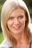 Portrait der lächelnden blonden Frau draußen Stockbilder