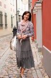 Portrait der lächelnden Brunettefrau in der Stadt Stockfoto