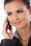 Portrait der lächelnden Frau auf Mobile Lizenzfreie Stockbilder