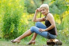 Portrait der lächelnden Frau draußen lizenzfreie stockfotografie