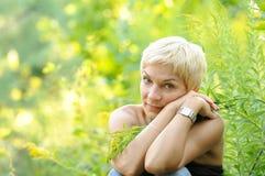 Portrait der lächelnden Frau draußen stockfotografie