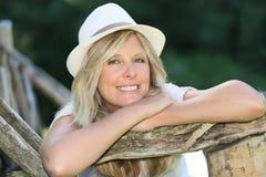 Portrait der lächelnden Frau mit Hut Stockfotografie