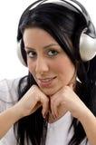 Portrait der lächelnden hörenden Musik der Frau Lizenzfreie Stockfotografie