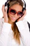 Portrait der lächelnden hörenden Musik der Frau Stockbild
