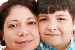 Portrait der lächelnden jungen Mutter und des Sohns Stockfoto