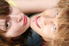 Portrait der lächelnden jungen Paare Stockfoto