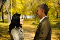Portrait der lächelnden Paare, die in den Park gehen Lizenzfreie Stockfotos