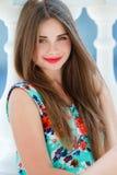 Portrait der lächelnden schönen Frau der Junge Stockfotos