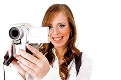 Portrait der lächelnden tragenden Video Kamera der Frau Stockbild