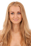 Portrait der lächelnden blonden Frau Stockfoto