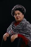Portrait der älteren Frau mit Schal Stockbild