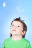 Portrait der lustigen durchbrennenseifenluftblasen des kleinen Jungen Lizenzfreie Stockfotografie