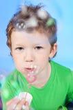 Portrait der lustigen durchbrennenseifenluftblasen des kleinen Jungen Lizenzfreies Stockfoto