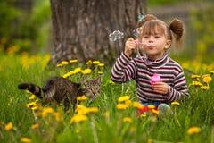 Portrait der lustigen durchbrennenseifenluftblasen des kleinen Mädchens Lizenzfreie Stockbilder