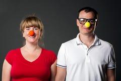Portrait der lustigen Paare mit lustigen Wekzeugspritzen lizenzfreie stockfotos