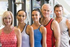 Portrait der Männer und der Frauen an der Gymnastik Stockbild
