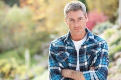 Portrait der Mann-stehenden Außenseite im Herbst Lizenzfreie Stockbilder