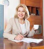 Portrait der mittleren erwachsenen Frau Lizenzfreie Stockfotografie