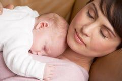 Portrait der Mutter liegend beim neugeborenen Schätzchen Stockfotos