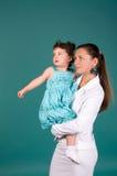 Portrait der Mutter und der Tochter auf Grün stockbilder