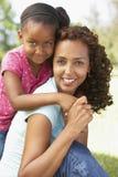Portrait der Mutter und der Tochter im Park stockfotos