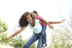 Portrait der Mutter und der Tochter im Park stockbild