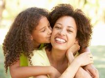 Portrait der Mutter und der Tochter im Park stockfotografie