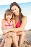 Portrait der Mutter und der Tochter am Strand-Feiertag stockfoto