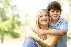 Portrait der Mutter und des Sohns im Park Stockfotografie