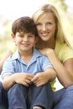 Portrait der Mutter und des Sohns im Park Stockfotos