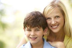 Portrait der Mutter und des Sohns im Park Lizenzfreie Stockfotografie