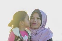 Portrait der Mutter und der Tochter lizenzfreie stockbilder