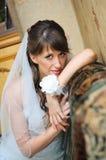 Portrait der nachdenklichen Braut in der familiären Umgebung Lizenzfreies Stockfoto