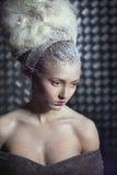 Portrait der nachdenklichen Frau im Schnee. Stockfotos