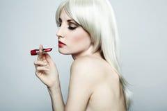 Portrait der nackten eleganten Frau mit blondem hai Stockfotografie