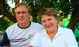 Portrait der Paare draußen Stockbild