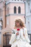 Portrait der Prinzessin mit der roten Blume Stockbild